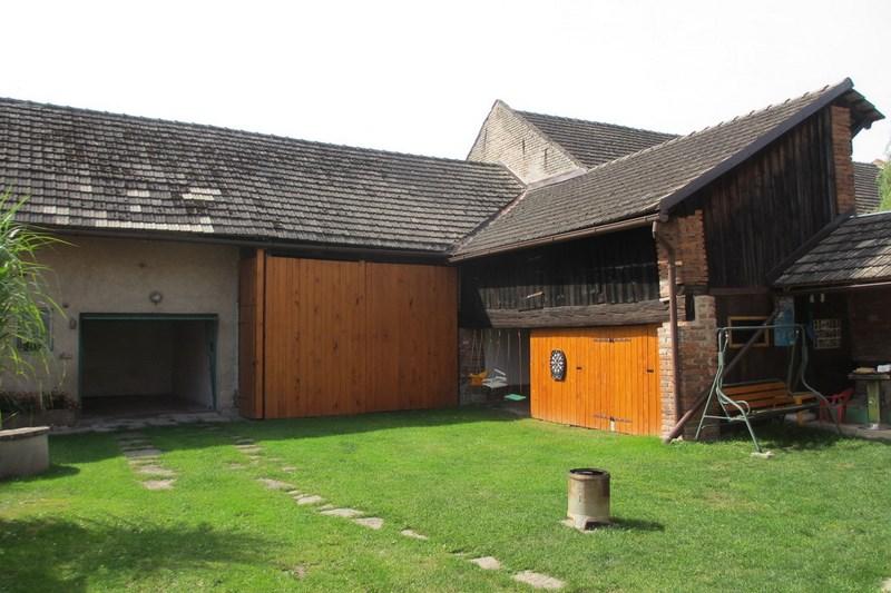 Velký Vřešťov – chalupa Velký Vřešťov – dvorek, garáž